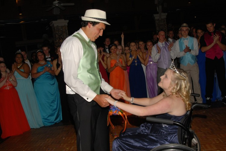 After junior sponsor Teresa Davis announces that seniors Matt Rice and Hayley Morris have been voted prom king and queen, the pair shares a dance together.